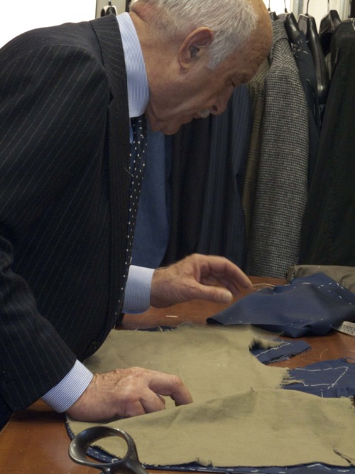 A tailor in the documentary O'Mast